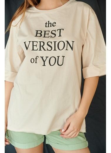 Levure Önü Baskılı Yanları Yırtmaçlı Oversize T-Shirt Bej